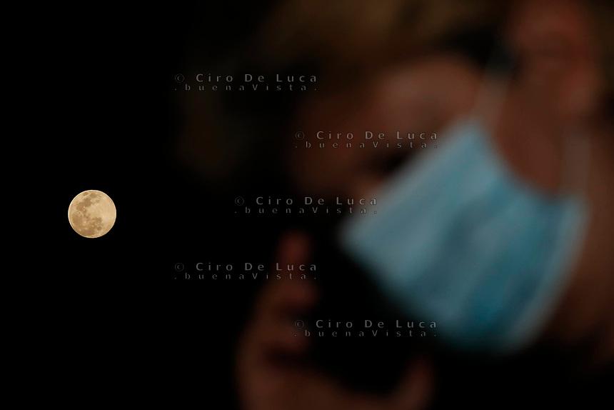 superluna durante il blocco dovuto all 'epidemia del coronavirus covid-19<br /> #iostoacasa