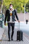 16.10.2020, Trainingsgelaende am wohninvest WESERSTADION - Platz 12, Bremen, GER, 1.FBL, Werder Bremen Training<br /> <br /> Ankunft der Spieler am Freitag mittag mit mit CORONA Alltagsmasken (Mund-Nasen-Bedeckung) zum Abschlusstraining vor dem Auswaertsspiel gegen FC Freiburg<br /> <br /> Jiri Pavlenka (Werder Bremen #01) mit Koffer<br /> <br /> Foto © nordphoto / Kokenge