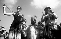 11.2010 Pushkar (Rajasthan)<br /> <br /> Tourist posing with man of longest moustache competition for photo souvenir.<br /> <br /> Touristes posant pour la photo souvenir avec un homme participant a la compétition de la plus longue moustache.