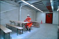alptransit, la galleria ferroviaria più lunga del mondo, 57 km, sotto il San Gottardo. Svizzera. L'interno della galleria a Faido