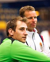 04-04-12, Netherlands, Amsterdam, Tennis, Daviscup, Netherlands-Rumania, training, De geblesseerde Thiemo de Bakker komt op bezoek, op de achtergrond captain Jan Siemerink