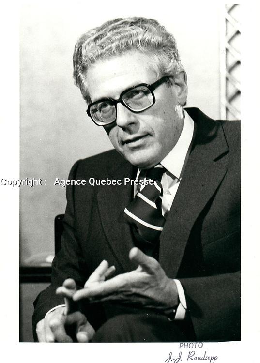 Le President de CBC Albert W Johnston<br /> a la tribune du Cercle canadien de Montreal, le 12 novembre 1979.<br /> <br /> PHOTO :   Agence Quebec Presse