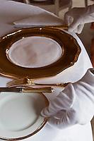 Europe/Monaco/Monte Carlo: restaurant: Louis XV / Alain Ducasse à l'Hôtel de Paris -  le personnel dresse la salle, vaisselle en vermeil