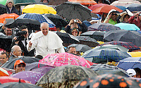 Papa Francesco saluta i fedeli sotto la pioggia al suo arrivo all'udienza generale del mercoledi' in Piazza San Pietro, Citta' del Vaticano, 29 maggio 2013..Pope Francis waves to faithful as he arrives, under a heavy rain, for his weekly general audience in St. Peter's square at the Vatican, 29 May 2013..UPDATE IMAGES PRESS/Riccardo De Luca..STRICTLY ONLY FOR EDITORIAL USE