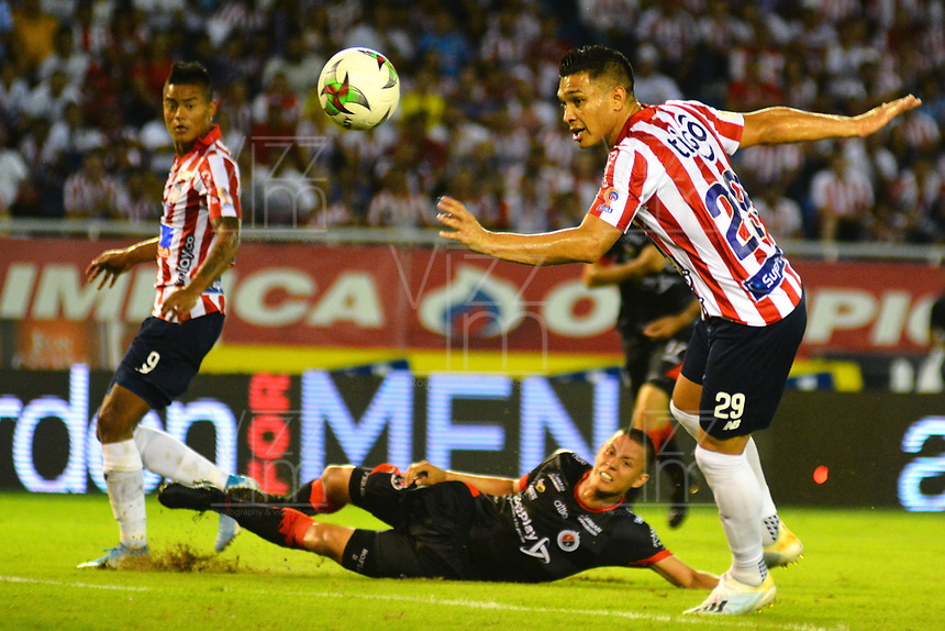 BARRANQUILLA - COLOMBIA, 24-11-2019: Teofilo Gutiérrez  del Atlético Junior  disputa el balón con Brayner Garcia del Cúcuta Deportivo durante partido por los cuadrangulares semifinales de la Liga Águila II 2019 entre Atlético Junior  y Cucuta Deportivo  jugado en el estadio Metropolitano Roberto Meléndez de la ciudad de Barranquilla . / Teofilo Gutierrez of Atletico Junior struggles the ball with Brayner Garcia of Cucuta Deportivo during match for the quadrangular semifinals as part of Aguila League II 2019 between Atletico Junior  and Cucuta Deportivo played at Metropolitano Roberto Melendez  stadium in Barranquilla  city. Photo: VizzorImage / Alfonso Cervantes / Contribuidor
