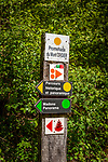 Frankreich, Bourgogne-Franche-Comté, Département Jura, Orgelet: Wanderwegweiser am Fusse des Mont-Oegier | France, Bourgogne-Franche-Comté, Département Jura, Orgelet: hiking signpost at the foot of Mont-Orgier