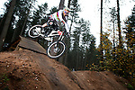 Pix: Shaun Flannery/shaunflanneryphotography.com...COPYRIGHT PICTURE>>SHAUN FLANNERY>01302-570814>>07778315553>>..10th November 2009...........Sheffield Mountain bike World Champion, Steve Peat, in action on the Sherwood Pines Forest Park 'downhill course'