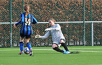 Club Brugge Dames - Rassing Harelbeke : doelvrouw Celine Finet is eerder op de bal.foto DAVID CATRY / Vrouwenteam.Be