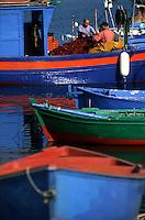 Europe/Italie/La Pouille/Savelletri Di Fasano: Sur le port, les pécheurs trient les filets