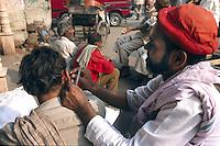 Indien, Delhi, auf der Chandni Chowk, Reinigen der Ohren