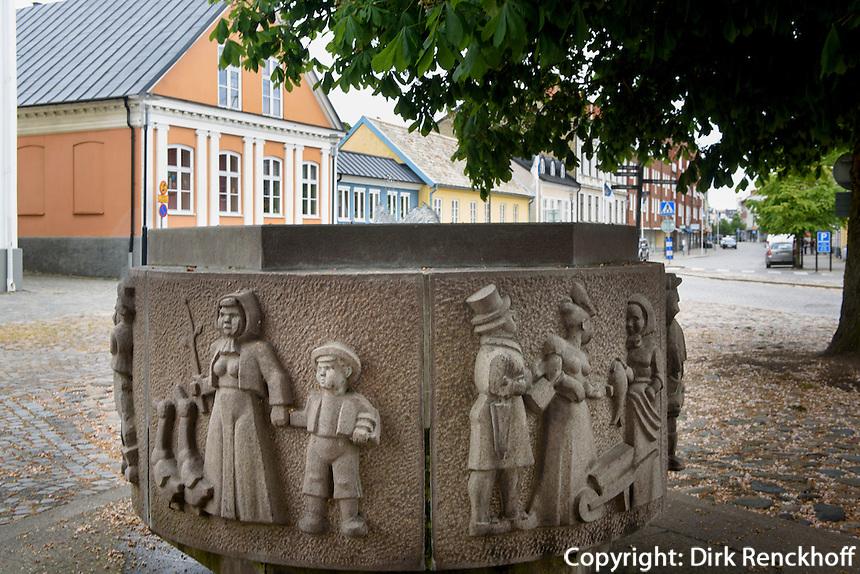 Brunnen am Gamla Torg, Trelleborg, Provinz Skåne (Schonen), Schweden, Europa<br /> Fountain at Gamla Torg in Trelleborg, Sweden