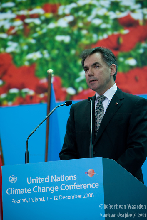 H.E Mr. Jim Prentice, Environment Minister of Canada, delivers his statement at the High Level Segment of the United Nations Climate Change Conference. UNFCCC COP 14 (©Robert vanWaarden ALL RIGHTS RESERVED)