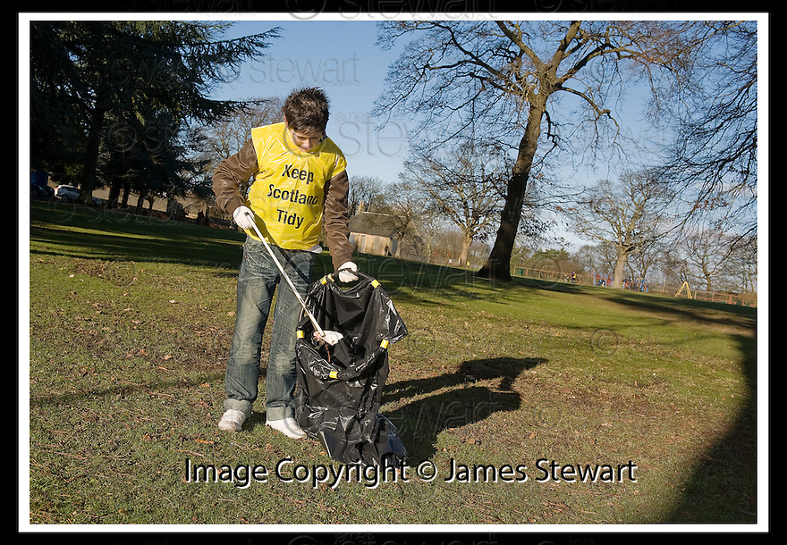 """01/02/2010  Copyright  Pic : James Stewart.10_dollar_park  .::  """" FRIENDS OF DOLLAR PARK """" LITTER PICK : SUNDAY 31ST JANUARY 2010 :: .James Stewart Photography 19 Carronlea Drive, Falkirk. FK2 8DN      Vat Reg No. 607 6932 25.Telephone      : +44 (0)1324 570291 .Mobile              : +44 (0)7721 416997.E-mail  :  jim@jspa.co.uk.If you require further information then contact Jim Stewart on any of the numbers above........."""