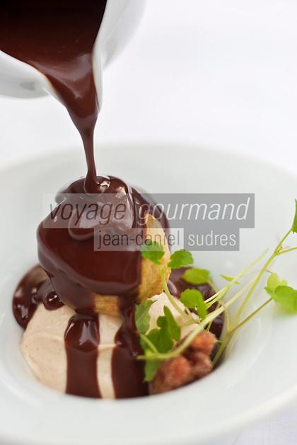 Europe/France/Bretagne/22/Côtes d'Armor/Saint-Brieuc: Profiterole, glace cacahuète, sésame, sauce chocolat au caramel au beurre salé, recette de  Jean-Marie Baudic  restaurant: Youpala Bistrot