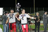 Linebacker Jasson Scott und Quarterback Ira Vandever (beide Stuttgart Scorpions) mit dem Pokal für den Vizemeister