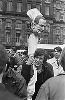 Demonstrations for Red May 1 1967<br /> , a doll depicting President Johnson was seized<br /> Date May 1, 1967<br /> <br /> Photographer Merk, Ben / Anefo
