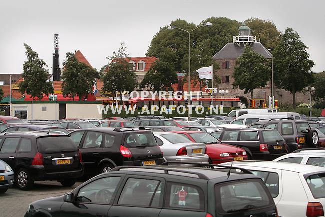 Harderwijk, 010905<br />De Vispoort, het oude centrum van de stad met ervoor de vele auto's van bezoekers van het Dolfinarium.<br />WATERFRONT<br />Foto: Sjef Prins - APA Foto