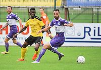 Sporting West Harelbeke - SCT Menen :<br /> Jessy Lebsir (R) tracht voorbij Fiston Mula Mwika (L) te geraken<br /> <br /> Foto VDB / Bart Vandenbroucke