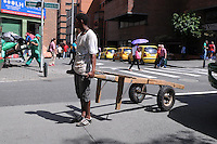 MEDELLIN - COLOMBIA - 22- 04- 2013: Un hombre camina con una carreta durante el Dia sin Carro en la ciudad de Medellín, departamento de Antioquia, Colombia, abril 22 de 2013. En Medellin y toda el área metropolitana se realiza hoy una jornada mas del Dia sin Carro, La medida rige entre las 7:00 a.m. y las 6:00 p.m. y prohibe la circulación de vehículos particulares con menos de tres pasajeros, esta medida no rige para vehículos de emergencia, de las Fuerzas Armadas y policiales, el transporte escolar y los autos que funcionen con gas o con energía. (Foto: VizzorImage / Luis Rios / Str.) A man walks with a cart during a Day without Car, in Medellin, Antioquia department, Colombia, April 22, 2013. In Medellin and the metropolitan area is made today a Day without Car, The measure applies between 7:00 am and 6:00 pm and prohibits the circulation of private cars with fewer than three passengers, this measure does not apply for emergency vehicles, the armed forces and police, school buses and cars that run on gas or energy. (Photo: VizzorImage / Luis Rios / Str)..
