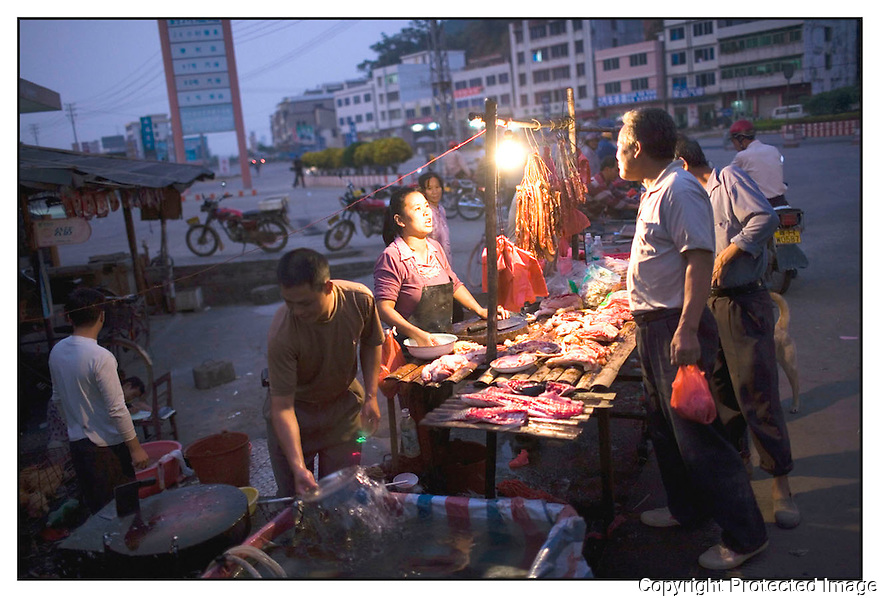 Chine<br /> Sur la route de Xingping,commerçante.