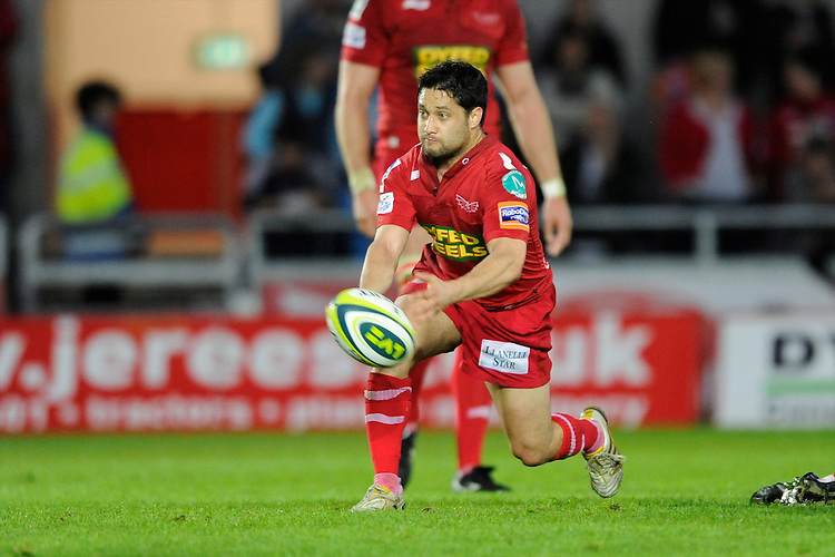 Ruki Tipuna of Scarlets passes during the LV= Cup first round match between Scarlets and Leicester Tigers at Parc y Scarlets (Photo by Rob Munro, Fotosports International)