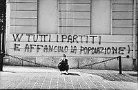 scritta sul muro contro i partirti