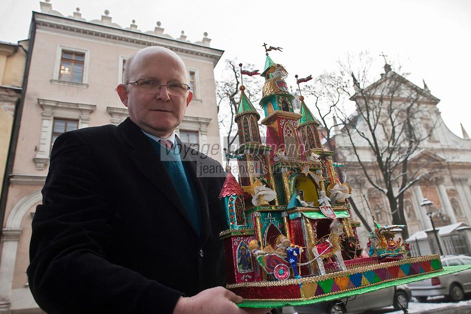 Europe/Voïvodie de Petite-Pologne/Cracovie:    <br /> Marek  Glogowski patron du Bar Grodzki, présente sa crèche au concours des crèches<br /> ?