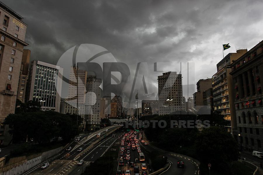 SÃO PAULO,SP, 17.02.2016 - CLIMA-SP - Nuvens carregadas são vistas na região do viaduto do Chá, zona central de São Paulo, nesta quarta-feira, 17. (Foto: Douglas Pingituro/Brazil Photo Press/Folhapress)