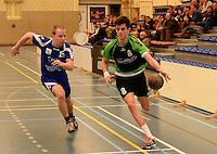 HBC Izegem -  Desselgemse Handbal : Michiel Beke (r) aan de haal met de bal voor Karel Vangroenweghe (links) <br /> foto VDB / BART VANDENBROUCKE