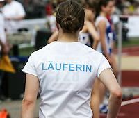 Eine Läuferin trägt ihre Sportart auf dem T-Shirt. Foto: Jan Kaefer / aif