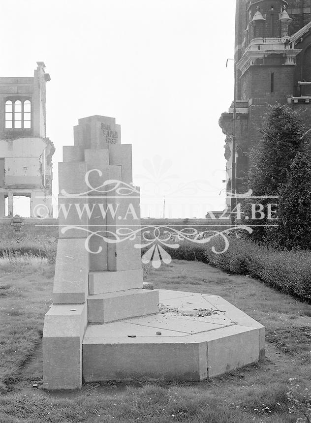 Augustus 1965. Monument Simon Bolivar in Antwerpen.