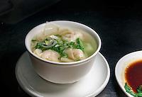 Wan tan Suppe im Restaurant dim sum haus, Kirchenallee 37 , Hamburg, Deutschland<br /> Wan tan soup in  Restaurant dim sum haus, Kirchenallee 37 , Hamburg, Germany