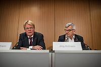 """Vorstellung des DGB-Index """"Gute Arbeit"""" am Mittwoch den 15. November 2017 in Berlin.<br /> Mit dem DGB-Index """"Gute Arbeit"""" zeigt der Deutsche Gewerkschaftsbund (DGB) einen umfassenden Ueberblick über die Befragungsergebnisse des Inifes-Institut zum Thema digitale und analoge Arbeit, die Folgen der Digitalisierung für die Arbeitssituation und betrachtet Zusammenhaenge mit der Vereinbarkeit von Arbeit und Familie.<br /> In dem Index wird u.a. deutlich, dass sich Beschaeftigte, die mit digitalen Mitteln arbeiten, haeufiger Sorgen um die Zukunft ihres Arbeitsplatzes machen. Vor allem bei gering Qualifizierten und Geringverdienern sind diese Aengste ausgepraegter. Hinsichtlich der psychischen Arbeitsanforderungen zeigen sich Zusammenhaenge mit einem staerkeren Zeit- und Termindruck, mit Arbeitsverdichtung sowie haeufigeren Stoerungen und Unterbrechungen.<br /> Im Bild vlnr.: Reiner Hoffman, DGB-Vorsitzender; Joerg Hofmann, IG-Metall-Vorsitzender.<br /> 15.11.2017, Berlin<br /> Copyright: Christian-Ditsch.de<br /> [Inhaltsveraendernde Manipulation des Fotos nur nach ausdruecklicher Genehmigung des Fotografen. Vereinbarungen ueber Abtretung von Persoenlichkeitsrechten/Model Release der abgebildeten Person/Personen liegen nicht vor. NO MODEL RELEASE! Nur fuer Redaktionelle Zwecke. Don't publish without copyright Christian-Ditsch.de, Veroeffentlichung nur mit Fotografennennung, sowie gegen Honorar, MwSt. und Beleg. Konto: I N G - D i B a, IBAN DE58500105175400192269, BIC INGDDEFFXXX, Kontakt: post@christian-ditsch.de<br /> Bei der Bearbeitung der Dateiinformationen darf die Urheberkennzeichnung in den EXIF- und  IPTC-Daten nicht entfernt werden, diese sind in digitalen Medien nach §95c UrhG rechtlich geschuetzt. Der Urhebervermerk wird gemaess §13 UrhG verlangt.]"""