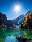 Italien, Suedtirol (Trentino - Alto Adige), Naturpark Fanes-Sennes-Prags: Pragser Wildsee vor dem 2.810 m hohen Seekofel | Italy, South Tyrol (Trentino - Alto Adige), Fanes-Sennes-Prags Nature Park: Lago di Braies and Croda del Becco mountain - 2.810 m