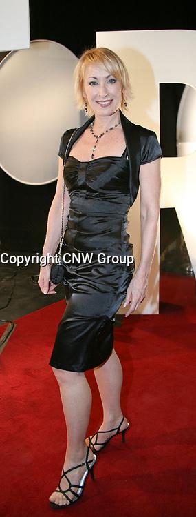 La comédienne Sylvie Boucher habillée d'une robe noire sur le tapis rouge de la 10e Soirée des Jutra. La robe de Sylvie est disponible dans tous les magasins Le Château. (crédit: Sylvain Légaré) (Groupe CNW/Le Chateau Inc)