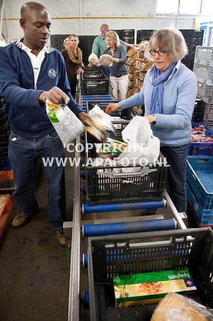 ARNHEM 180512 Medewerkers van het distributiecentrum van de voedselbank in Arnhem zijn bezig  kratten in te pakken.<br /> Foto Jorrit Knuvelder - APA Foto