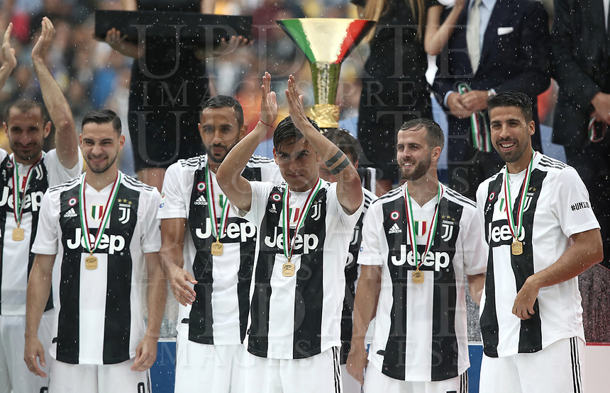 Calcio, Serie A: Juventus - Hellas Verona, Torino, Allianz Stadium, 19 maggio, 2018.<br /> Juventus' players celebrate during the victory ceremony following the Italian Serie A football match between Juventus and Hellas Verona at Torino's Allianz stadium, 19 May, 2018.<br /> Juventus won their 34th Serie A title (scudetto) and seventh in succession.<br /> Gianluigi Buffon played his last match with Juventus today after 17 years.<br /> UPDATE IMAGES PRESS/Isabella Bonotto