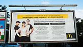 Ukrainer in Warschau/Polen: Werbetafel von McDonalds in Ukrainisch und Polnisch am Warschauer Busbahnhof. - Foto: Paul Henschel
