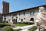Italy, Veneto, Province Capital Verona: Castelvecchio Courtyard, built 1354-1356 by Cangrande II. della Scala | Italien, Venetien, Provinzhauptstadt Verona: Innhenhof des 1354-1356 von Cangrande II. della Scala erbaute Castelvecchio