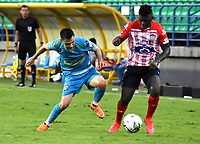 MONTERIA - COLOMBIA, 11-11-2020: Leonardo Saldaña de Jaguares de Cordoba F.C., y Edwin Cetre de Atletico Junior disputan el balón durante partido entre Jaguares F. C. y Atletico Junior de la fecha 19 por la Liga BetPlay DIMAYOR 2020, en el estadio Jaraguay de Monteria de la ciudad de Monteria. / Wilder Guisao of Jaguares de Cordoba F.C., and Edwin Cetre of Atletico Junior vie for the ball during a match between Jaguares F. C. and Atletico Junior, of the 19th date for the Betplay DIMAYOR League 2020 at Jaraguay de Monteria Stadium in Monteria city. Photo: VizzorImage / Andres Lopez  / Cont.