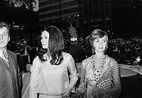 """Premiere du film """"Deux femmes en or"""" au Capitol. <br />  Entre le 1er et le 7 juin 1970<br /> - Monique Mercure et Louise Turcot<br /> <br /> Photographe : Photo Moderne- Agence Quebec Presse"""