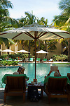MUS, Mauritius, Poste de Flacq, Belle Mare Plage Resort: Pool, Senioren, lesen | MUS, Mauritius, Poste de Flacq, Belle Mare Plage Resort: Pool, Seniors, reading