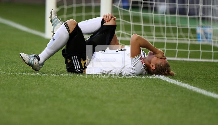 Wolfsburg , 100711 , FIFA / Frauen Weltmeisterschaft 2011 / Womens Worldcup 2011 , Viertelfinale ,  Deutschland (GER) - Japan (JPN) .Kim Kulig (GER) verletzt am Boden .Foto:Karina Hessland .