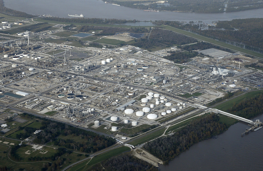 Aerial photo shows a Dow Chemical Co plant in Plaquemine, Louisiana December 12, 2015. Chemical titans DuPont and Dow Chemical Co agreed to combine in an all-stock merger valued at $130 billion in a first step towards breaking up into three separate businesses, a move that pleased activist investors and could trigger more consolidation.    REUTERS/Jonathan Bachman