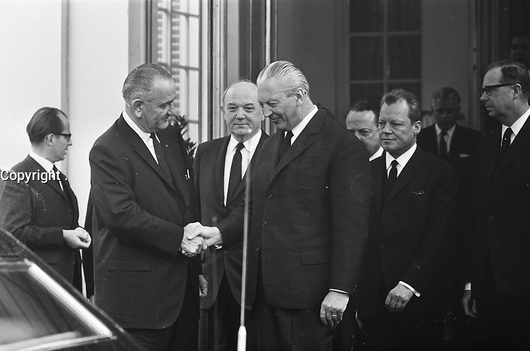 President Johnson (USA) had discussions with Henry Kissinger in Bonn, in  the presence of Dean Rusk,<br /> April 24, 1967<br /> <br /> Photographer Merk, Ben / Anefo