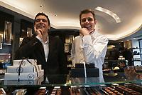 Europe/France/Ile-de-France/75/Paris: Pâtissier: Hugo et Victor - Hugues Pouget et Sylvain Blanc dans leur  Boutique du 40 Boulevard Raspail [Non destiné à un usage publicitaire - Not intended for an advertising use]