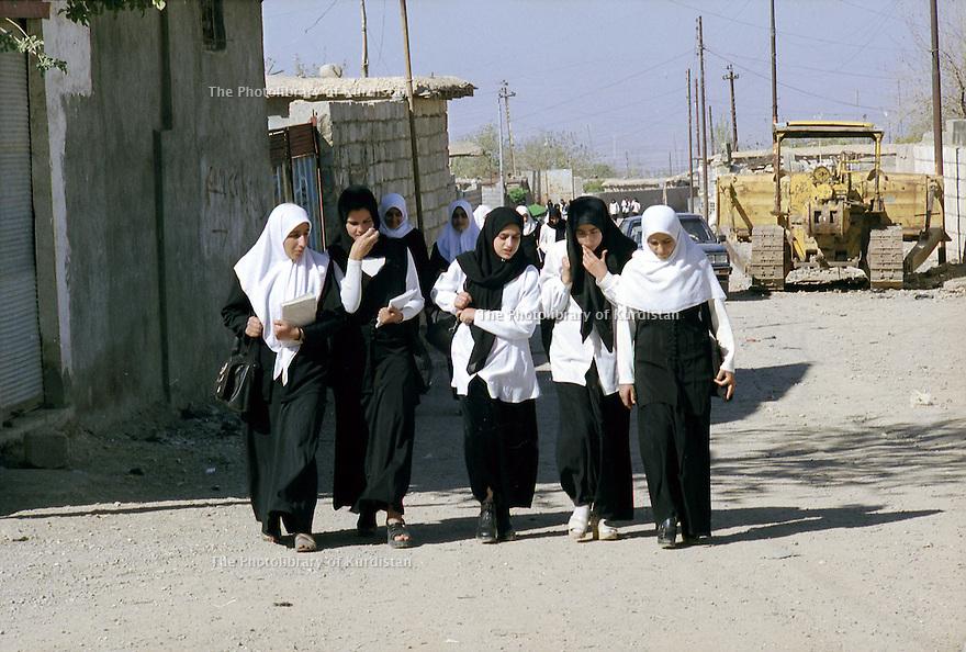 Irak 2000  Sortie de classes à  Halabja   Iraq 2000  Veiled students in Halabja