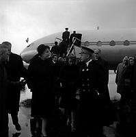 Obsèques de Vincent Auriol,le  3 Janvier 1966,Toulouse, FRANCE<br /> <br /> Aéroport Toulouse-Blagnac. Le 3 Janvier 1966. Vue de la descente de l'avion de Madame Vincent Auriol.<br /> <br /> AURIOL fut President de la France  du 16 JANVIER 1947 qu 16 JANVIER 1954, Ildecede le 1er JANVIER 1966
