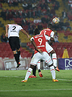 BOGOTA - COLOMBIA - 24-04-2016: Jaime Barreiro (Der.) y Carlos Ibargüen (Cent.) jugadores de Independiente Santa Fe disputan el balón con Jonathan Muñoz (Izq.) jugador de Cortulua, durante partido por la fecha 6 entre Independiente Santa Fe y Cortulua,  de la Liga Aguila I-2016, en el estadio Nemesio Camacho El Campin de la ciudad de Bogota.  / Jaime Barreiro (R) and Carlos Ibargüen (C) players of Independiente Santa Fe struggle for the ball with Jonathan Muñoz (L) player of Cortulua, during a match of the 6 date between Independiente Santa Fe and Cortulua, for the Liga Aguila I -2016 at the Nemesio Camacho El Campin Stadium in Bogota city, Photo: VizzorImage / Luis Ramirez / Staff.