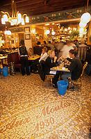 """Europe/France/Nord-Pas-de-Calais/59/Nord/Lille : Au restaurant """"Aux Moules"""" lors de la grande braderie"""